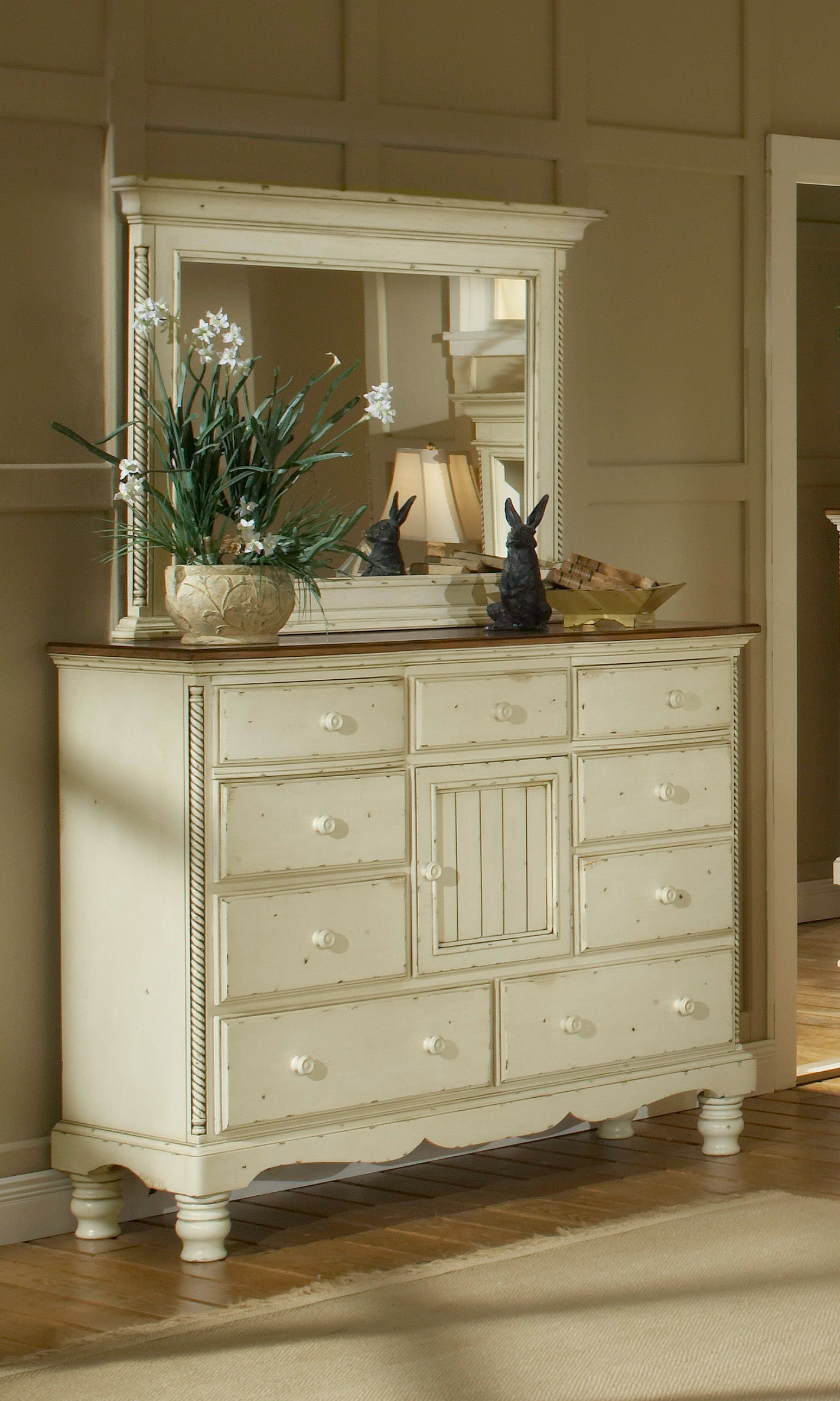 Hillsdale Furniture Bedroom Wilshire Mule Chest 1172 787   Furniture Plus  Inc.   Mesa, AZ