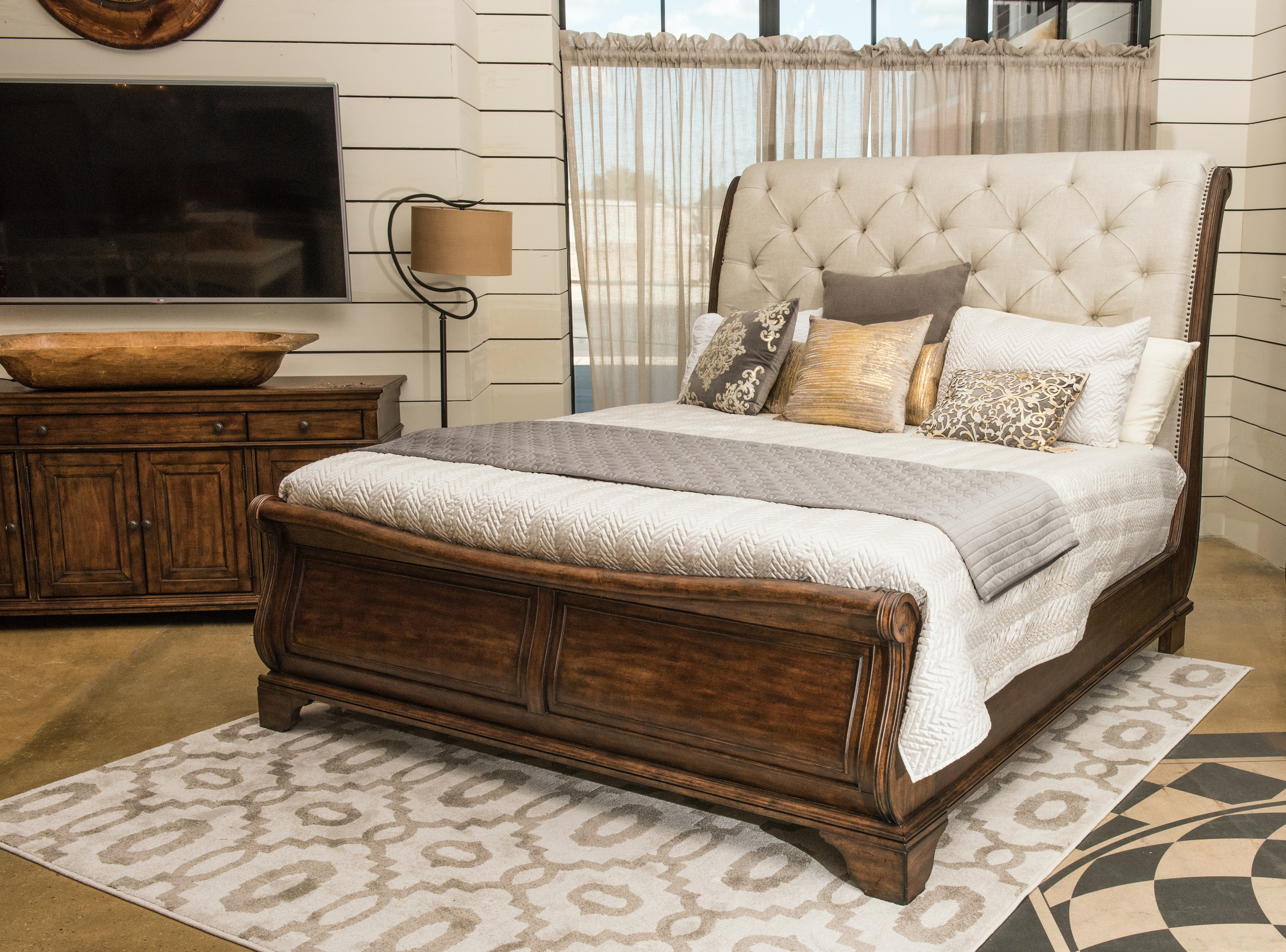 Merveilleux Trisha Yearwood Dottie Upholstered Headboard Sleigh Bed   KING KT:81885