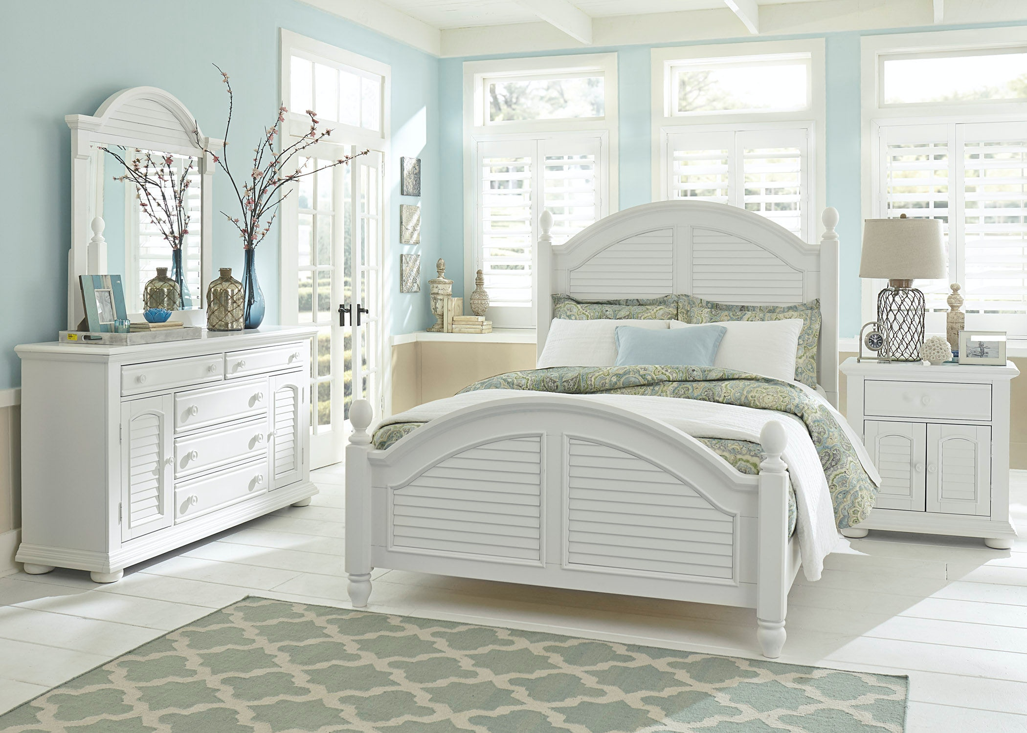 Liberty Furniture Bedroom King Poster Bed, Dresser and Mirror, NS