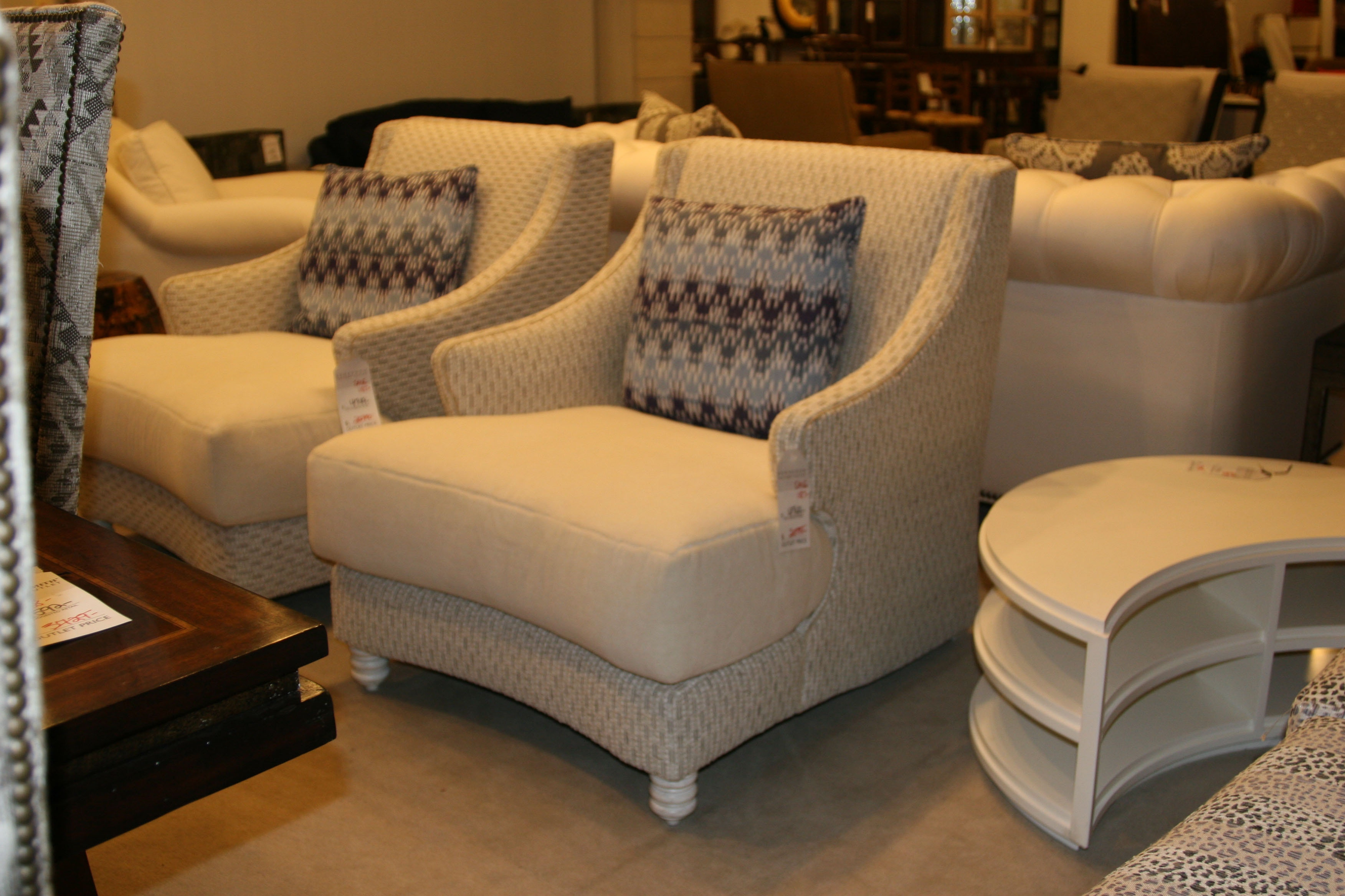 henredon factory outlet chair with throw pillow h1708ch